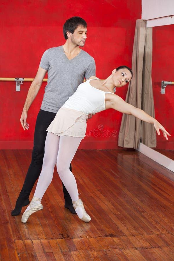 Trenera spełnianie Z baleriną W studiu fotografia stock