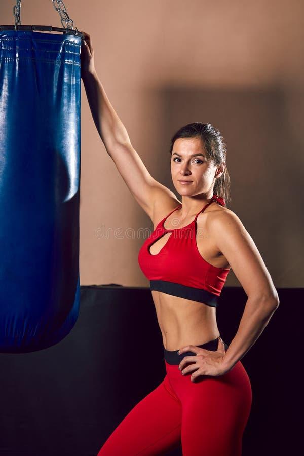 Trenes atléticos jovenes del combatiente de la muchacha en el gimnasio imagen de archivo libre de regalías