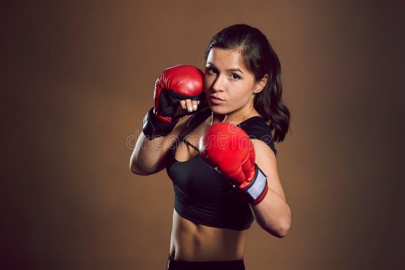 Trenes atléticos jovenes del combatiente de la muchacha en el gimnasio foto de archivo libre de regalías