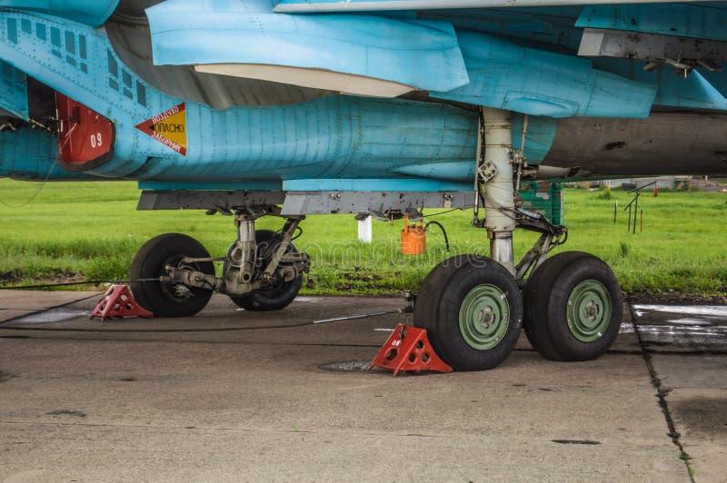 Trenes de aterrizaje y otros detailes de los aviones militares Su-34 del bombardero de combatiente foto de archivo libre de regalías