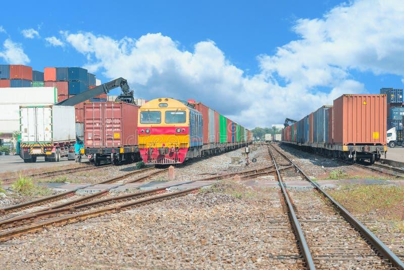 Trenes de carga en el terminal del cargo en el muelle fotografía de archivo