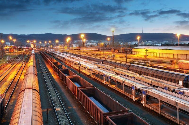 Trenes de carga - transporte del cargo foto de archivo libre de regalías