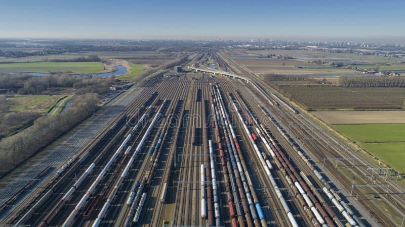 Trenes de carga Vista aérea de trenes de mercancías coloridos Estación de tren vagones con mercancías en el ferrocarril Industria imagen de archivo libre de regalías