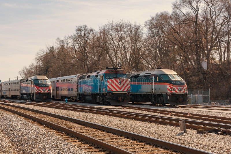 Trenes de cercanías de METRA en vía fotografía de archivo
