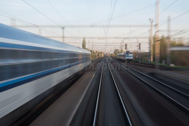 Trenes en el movimiento imagenes de archivo