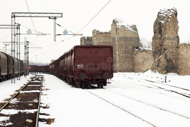 Trenes en invierno de la yarda de la carga fotos de archivo libres de regalías