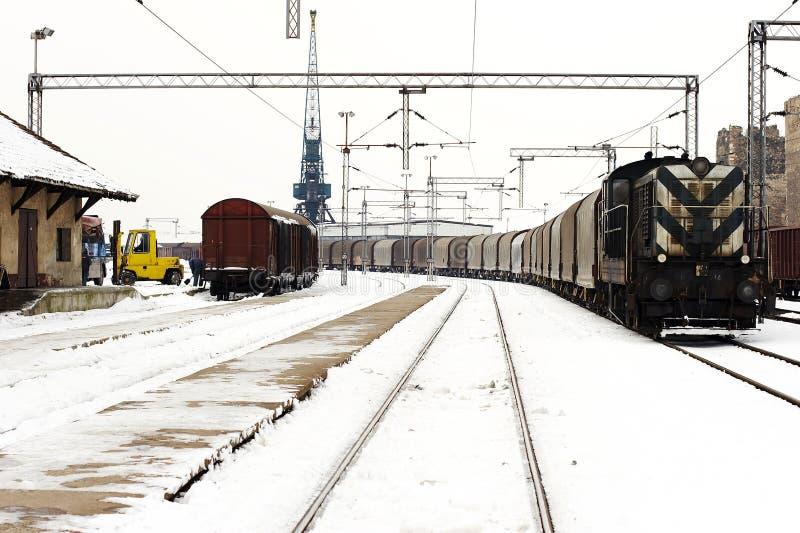 Trenes en invierno de la yarda de la carga imagen de archivo