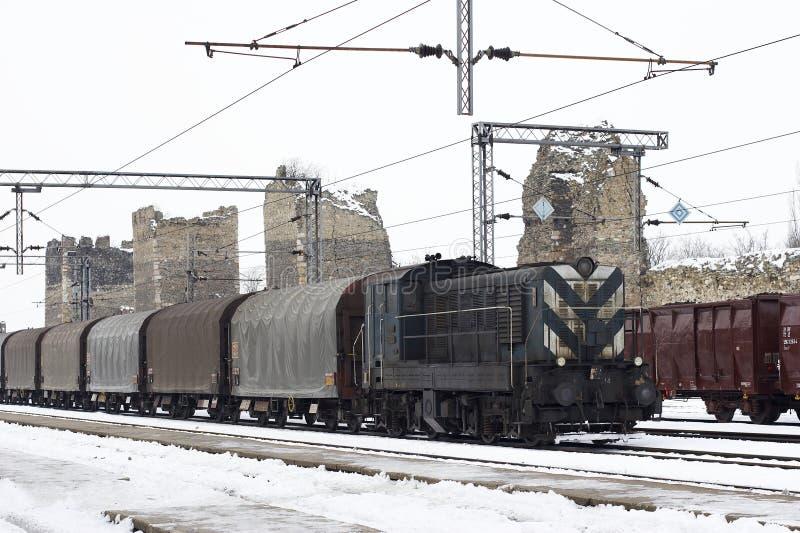 Trenes en invierno de la yarda de la carga fotografía de archivo