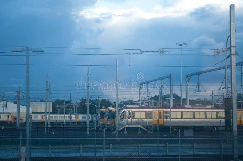 Trenes en la gasolinera por la tarde foto de archivo