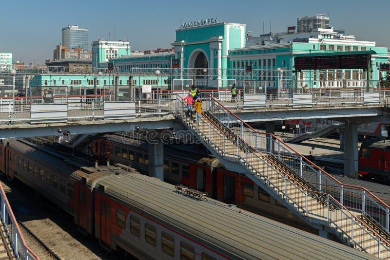 Trenes en las vías ferroviarias de la estación en la ciudad de Novosibirsk imagen de archivo libre de regalías