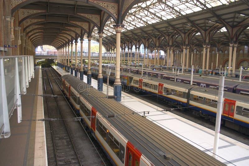 Trenes en una estación fotografía de archivo libre de regalías