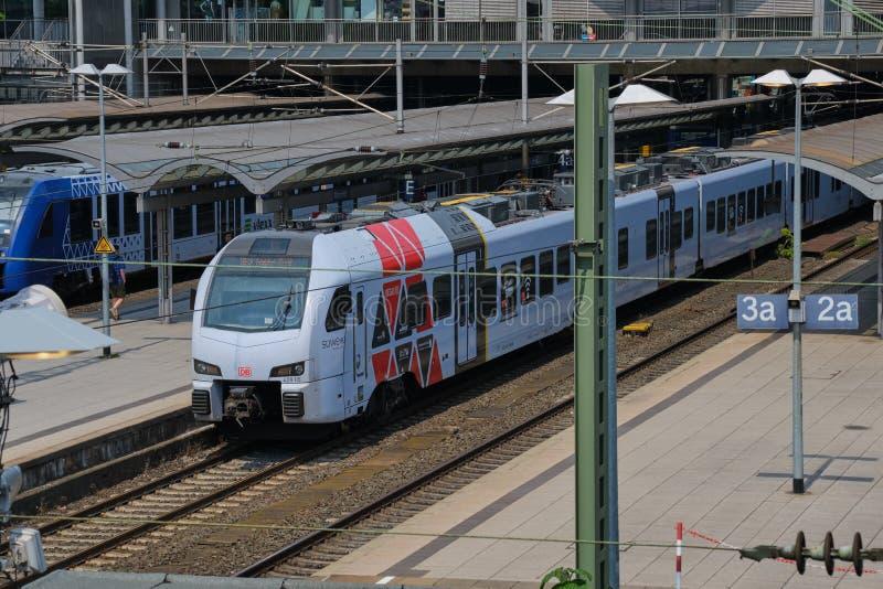 Trenes que esperan en la estaci?n principal de Maguncia, Alemania fotografía de archivo