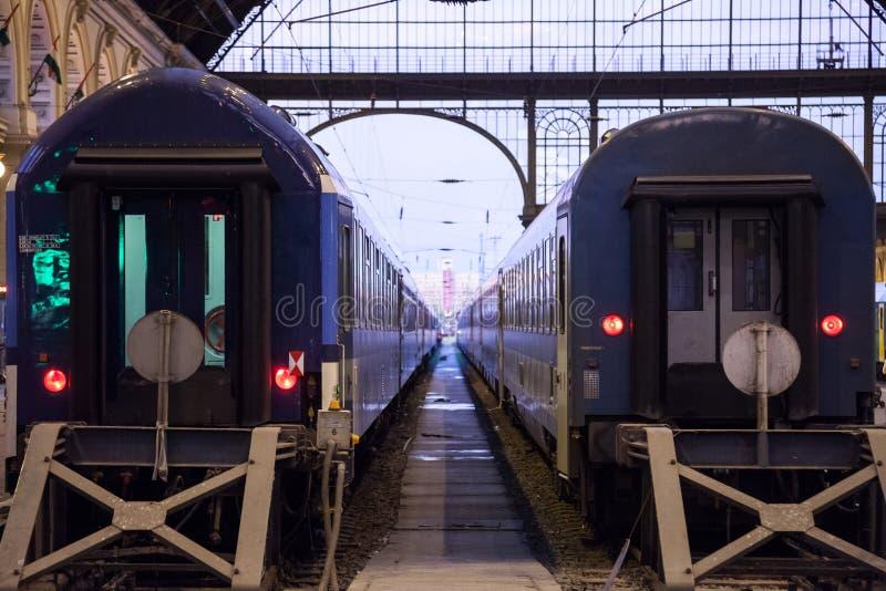 Trenes que salen del interior de la estación de tren de Budapest Keleti Palyaudvar imagenes de archivo