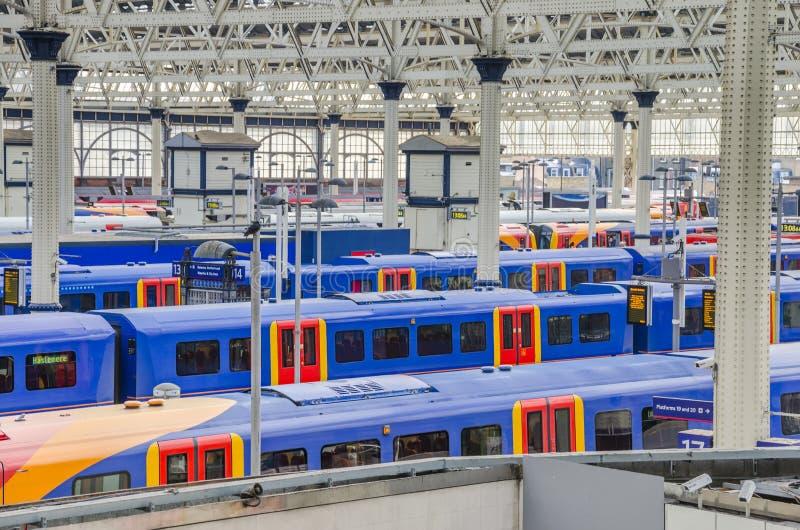 Treni alla stazione di Waterloo, Londra fotografia stock