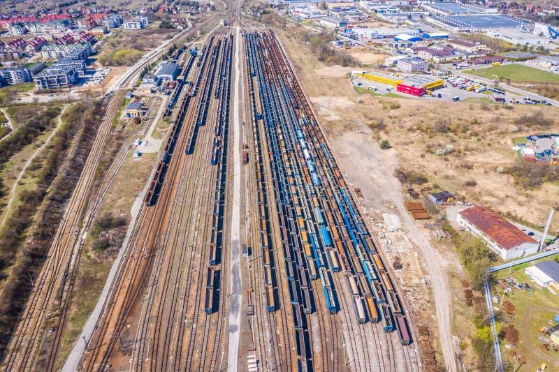 Treni del carico Vista aerea dei treni merci variopinti sulla stazione ferroviaria Vagoni con le merci sulla ferrovia Siluetta de immagini stock libere da diritti