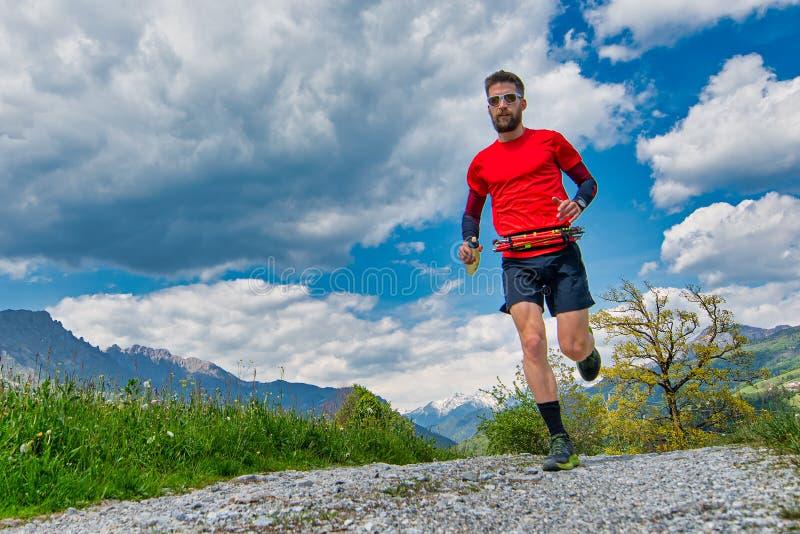 Treni duraturi del corridore della traccia di montagna sulla strada non asfaltata fotografia stock libera da diritti