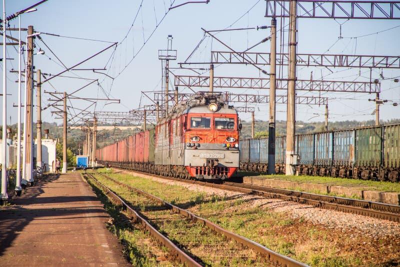 Treni elettrici russi sulla ferrovia Ferrovia di estate La Russia, Voronež regione Ostrogozhsk città 3 luglio 2019 fotografie stock