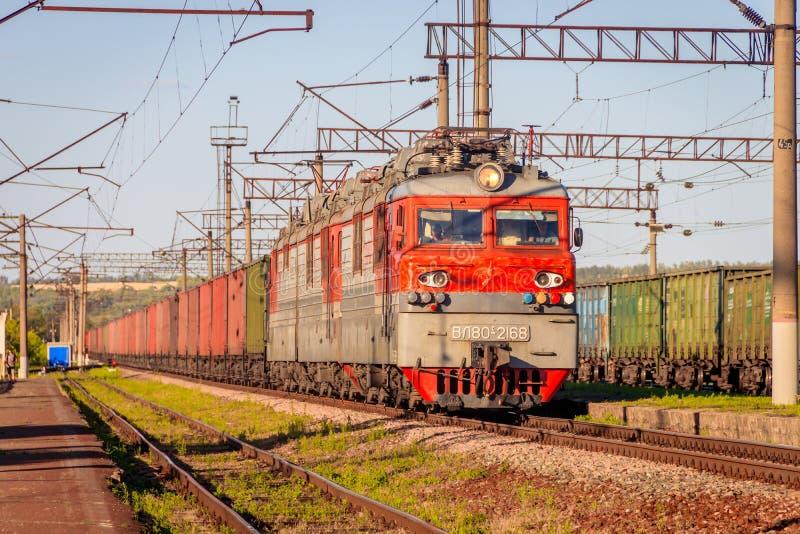 Treni elettrici russi sulla ferrovia Ferrovia di estate La Russia, Voronež regione Ostrogozhsk città 3 luglio 2019 immagini stock