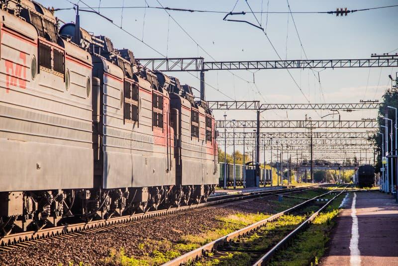 Treni elettrici russi sulla ferrovia Ferrovia di estate La Russia, Voronež regione Ostrogozhsk città 3 luglio 2019 fotografie stock libere da diritti