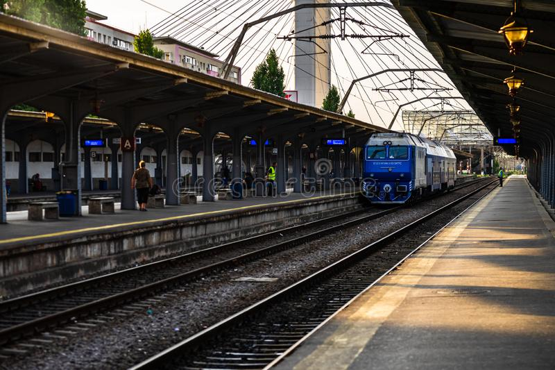 Treni sulla piattaforma della stazione ferroviaria settentrionale di Bucarest Gara de Nord Bucarest a Bucarest, Romania, 2019 immagini stock
