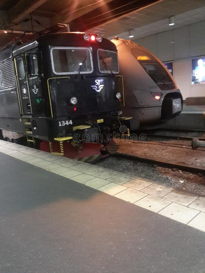 Treni sulla stazione immagine stock