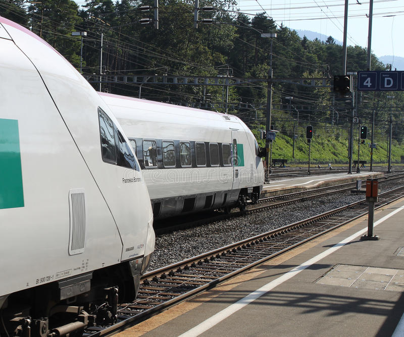 Treni svizzeri di pendolino a Arth-Goldau fotografie stock libere da diritti