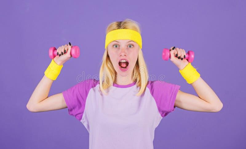 Trening z dumbbells Bicepsy ?wicz? dla kobieta krok po kroku przewdonika Dziewczyna chwyta dumbbells odzie?y wristbands Sport i fotografia stock