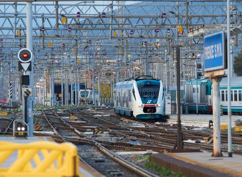 Trenitalia regionalności pociąg pasażerski obraz stock