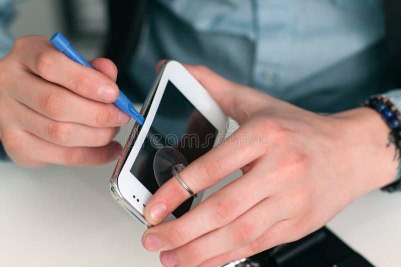 Trennen des Smartphoneschirmes in der Reparaturwerkstatt lizenzfreies stockbild
