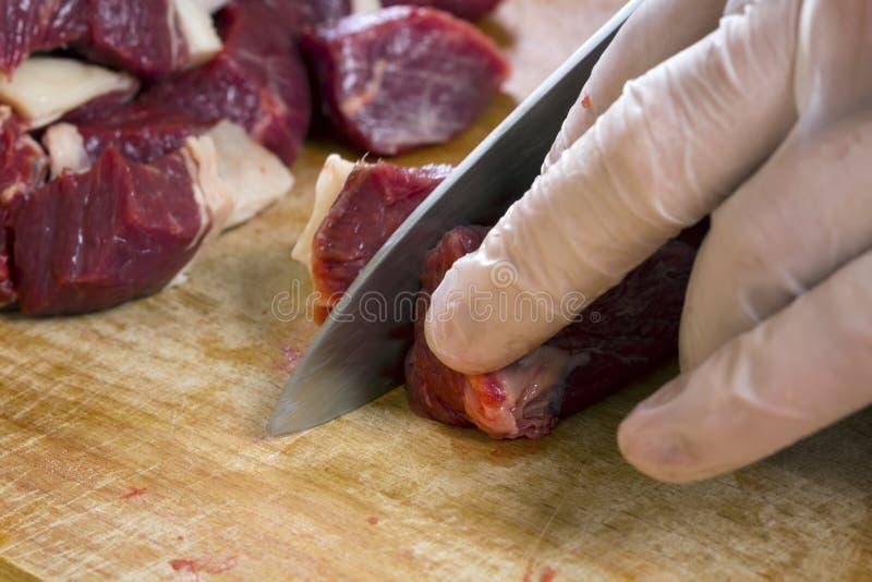 Trennung eines rohen Hammelfleischfleisches mit Rippe stockbilder