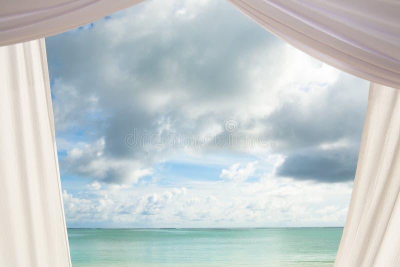 Trennvorhang und Himmel stockbilder