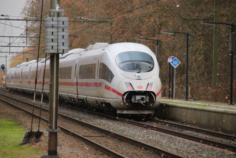 Treno ad alta velocità del GHIACCIO fra Arnhem ed Utrecht alla stazione Veenendaal-De Klomp nei Paesi Bassi fotografia stock libera da diritti