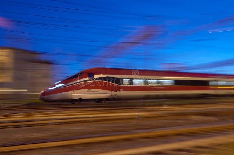 Treno ad alta velocità italyan moderno vicino alla stazione Santa Maria Novela a Firenze, Italia nel 16 novembre, fotografia stock