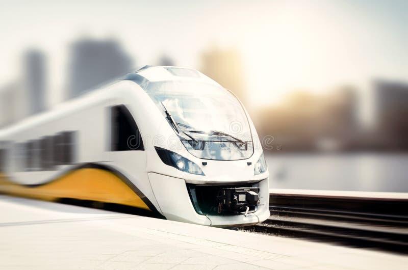 Treno ad alta velocità nel moto alla stazione ferroviaria fotografia stock