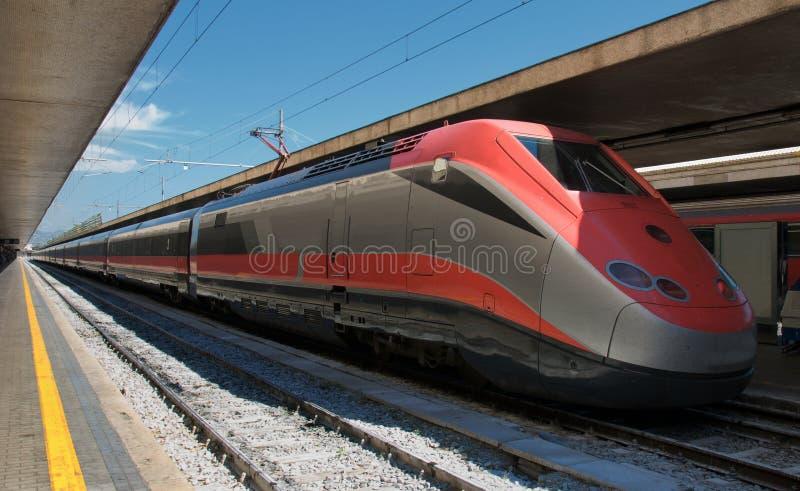 Treno ad alta velocità nella stazione immagine stock