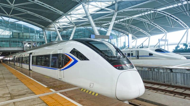 Treno ad alta velocit? alla stazione ferroviaria immagini stock libere da diritti