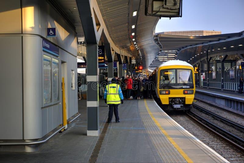 Treno al binario alla stazione Londra Regno Unito del ponte di Londra con l'imbarco dei passeggeri fotografia stock libera da diritti
