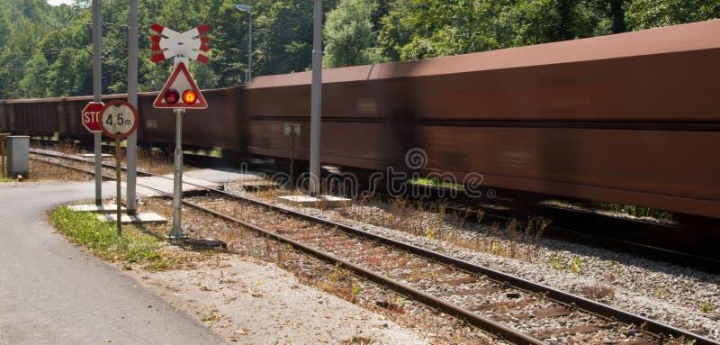 Download Treno andante di cautela immagine stock. Immagine di passare - 56891975