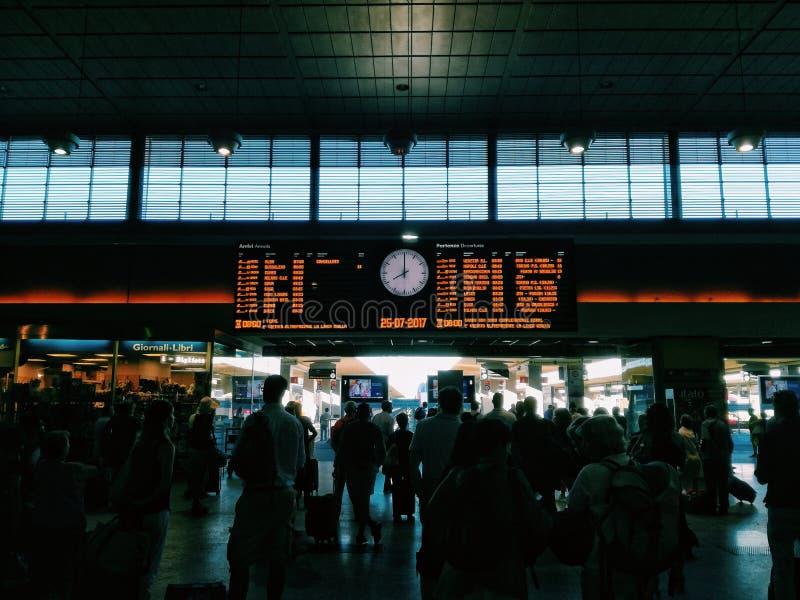 Treno in attesa immagini stock
