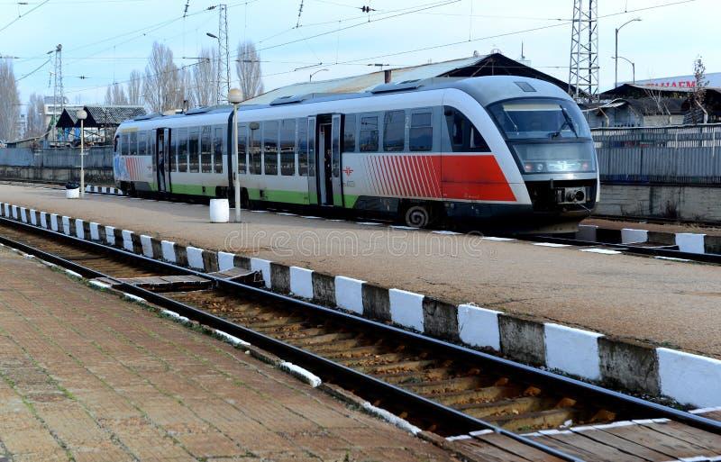 Treno in attesa dei passeggeri in Sofia Bulgaria, il 25 novembre 2014 immagini stock