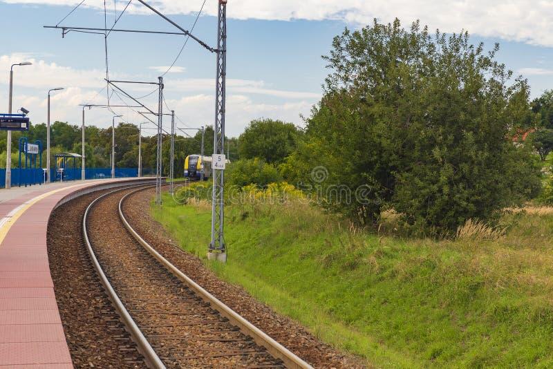 Treno in avvicinamento a una delle stazioni immagine stock libera da diritti