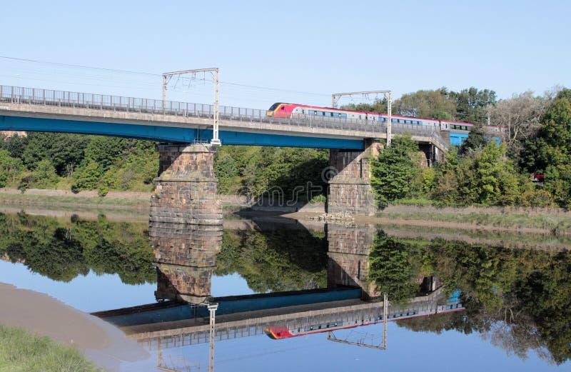 Treno Carlisle Bridge Lancaster di dmu di Voyager fotografia stock