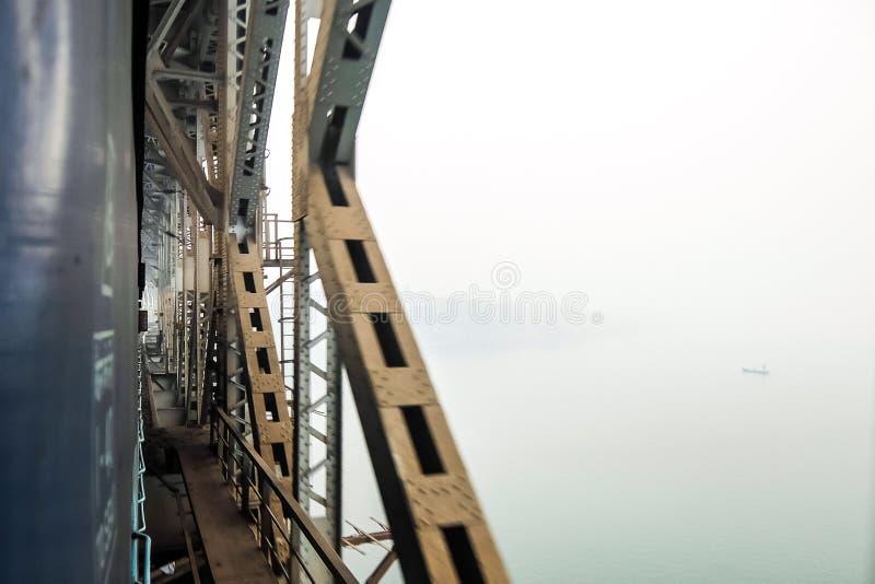 Treno che attraversa il ponte ferroviario fotografia stock