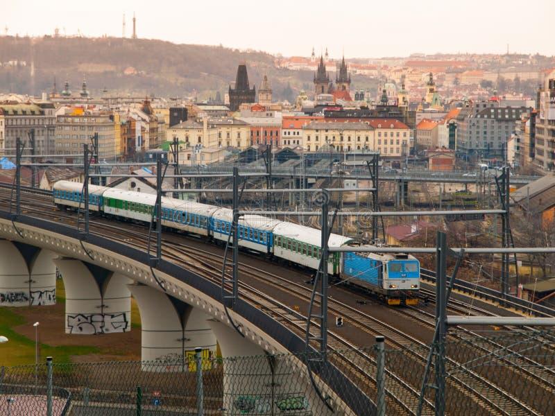 Treno che lascia a Praga stazione ferroviaria principale immagini stock