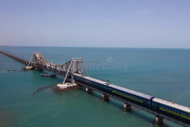 Treno che passa tramite il ponte di Pamban fotografia stock