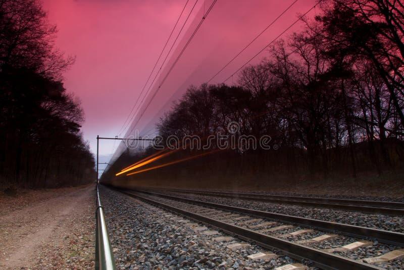 Treno che si muove velocemente fotografie stock libere da diritti