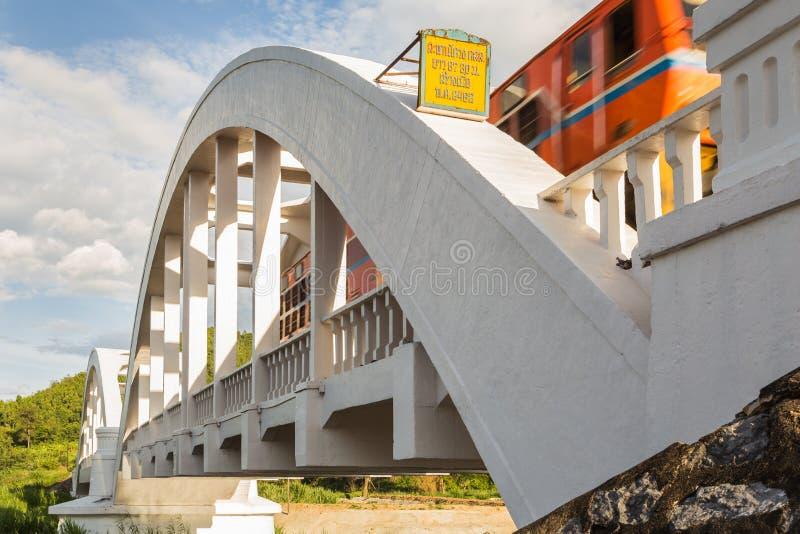Treno commovente sul ponte bianco immagine stock libera da diritti