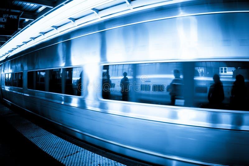 Treno con le riflessioni dell'abbonato fotografia stock libera da diritti