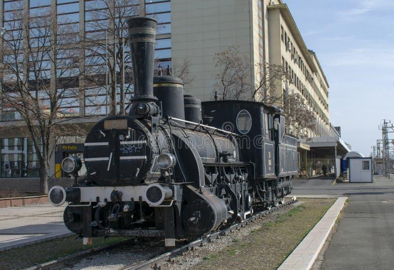 Treno d'annata esibito davanti alla stazione ferroviaria principale a Zagabria, Croazia fotografia stock libera da diritti