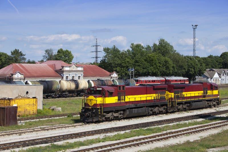 Treno del carico e della stazione ferroviaria Narva L'Estonia fotografia stock libera da diritti